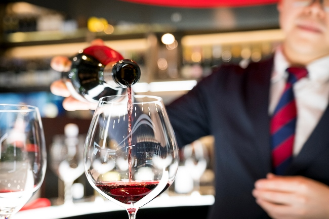 注ぐワインの適量は、グラスの一番膨らんだ位置より1cmほど下程度までと、驚くほど少量だ