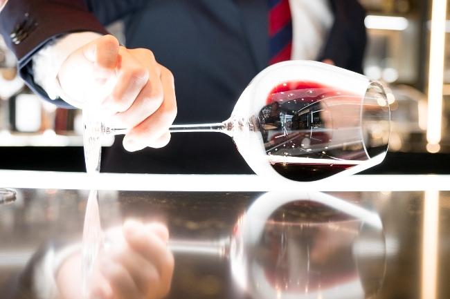 適量で注ぐと、グラスを横に倒した程度の角度になった際、つまり口元へ運んだ時に、理想的な舌への広がり方、液量、スピード感が得られるのだそう