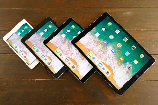 4モデルのサイズを比較。左からiPad mini 4、iPad、iPad Pro(10.5)、iPad Pro (12.9)(※以下同順)。9.7インチiPadと10.5インチiPad Proは、画面サイズは大きく違うが、本体サイズの差はわずかだ