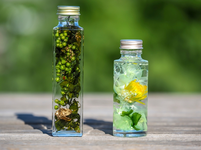花を瓶に詰め、オイルに漬けたハーバリウム。その見た目には、瓶のデザインも大事なポイントです。写真はイメージ