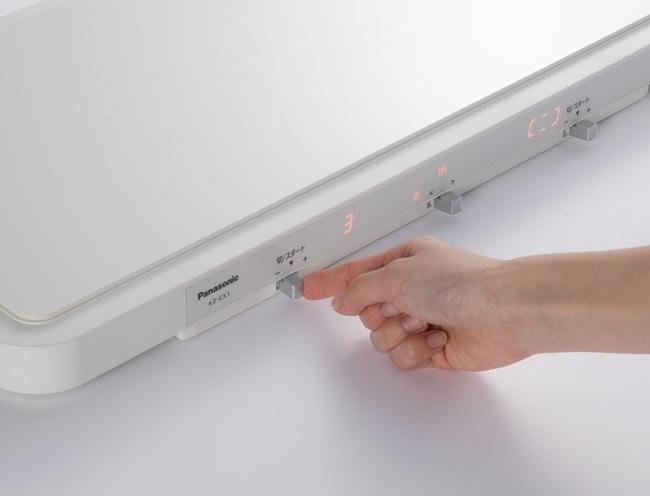 ↑各熱源を操作するスイッチは、左右に押すことで温度設定を行い、押し下げると加熱するというカンタン操作。中央のスイッチではコースの選択が可能です