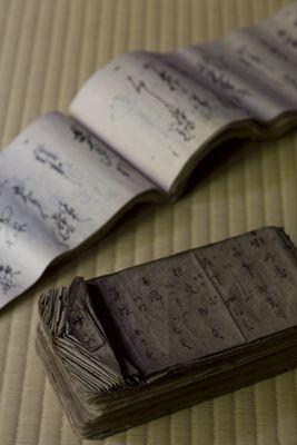 薫玉堂に代々伝わる、香りのレシピを克明に記した調香帳。同社の連綿と続く歴史を感じさせます