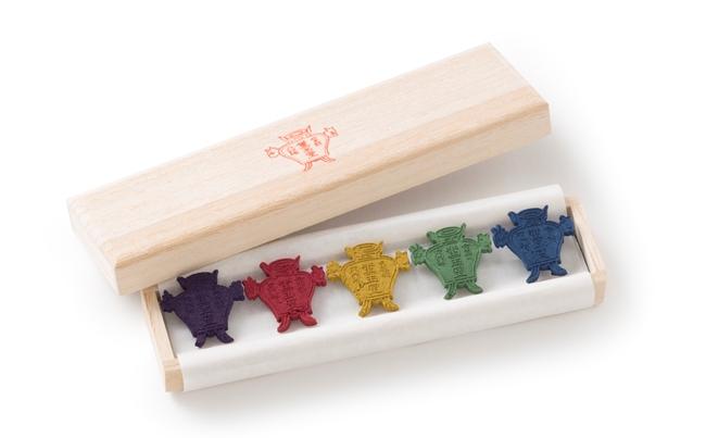 お香の原料を粉末状にして調合し、いろいろな形の型にはめてつくる「印香」。お線香に用いる11種類の香りから、8種類をセレクトしています。1500円(5個入り)、2500円(8個入り)