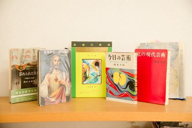 """対談時、稲葉さんが持参した""""お気に入りの書""""の一部。岡本太郎さんへのリスペクトたるや! 音楽、芸術への好奇心を掻き立てる古書を眺めつつ、「こんなふうに、ずっと手にしてもらえる、取っておきたいと思われる本をつくりたい」"""