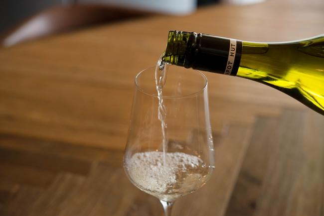 グラスに注がれる白ワイン。涼やかで、夏にもよく似合う
