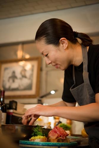 女性らしいセンス溢れる食器選びや細やかな盛り付けも、シェフnaoさんならではの魅力