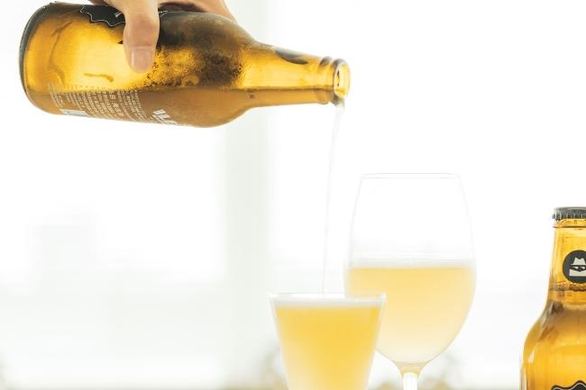 泡立ちはおだやか。「スモーキーバブルス」と呼ばれるビール特有の煙状ではありませんが、ビールとスパークリングワインの発泡感の中間といえるニュアンスです