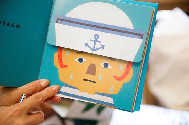 なぜか冷や汗をかいている船乗りの帽子の中にいるのは…なんとタコ! その表情や服装などから、中にどんなものが隠れているのか推測して遊べます。