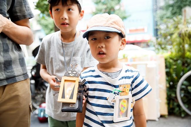 展覧会にやってきたファンの子供たち。この男の子が首からかけていたのは、なんとtupera tuperaの作品からインスパイアされた自作のものでした