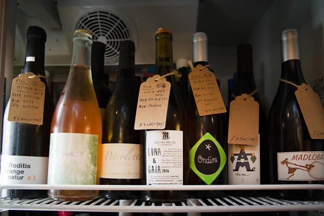 ↑店内のオレンジワインコーナーには、フランス、スペイン、クロアチア、そして日本など、世界中のオレンジワインが揃う。