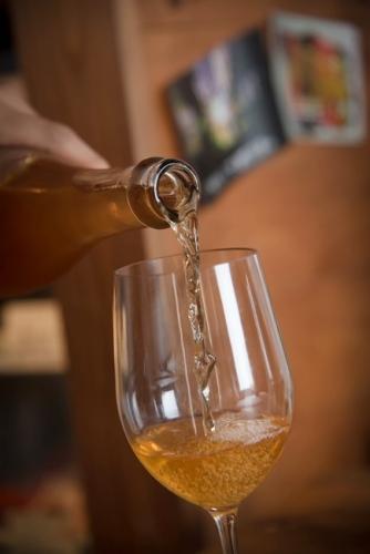 ↑グラスに注ぐと、オレンジ色とも琥珀色ともとれる、およそワインらしくない色合い。