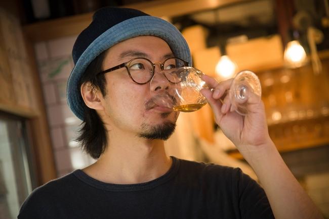 ↑ワインショップ&バー「酒美土場」オーナー岩井穂積さん。オレンジワインに精通し、各メディアからの取材や講師依頼も多数。