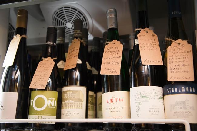 ↑オーストリアワイン大使としても活躍する岩井さん。オレンジワインに限らず、オーストリアのナチュラルワインの品揃えも豊富。