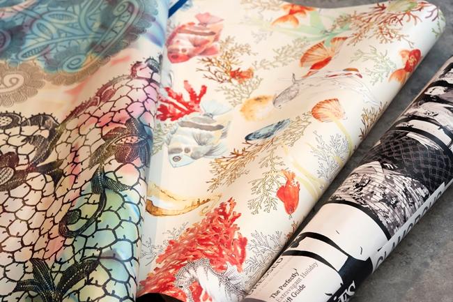 ↑国産のものは布地のようにメートル売りされていることが多く、外国産のものはロールや一枚のデザイン単位で販売されています。