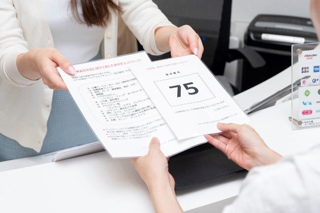 ↑WEBサイトの予約時に問診も済んでいるので、受付では身分証明書を提示し、整理番号を受け取るだけです。