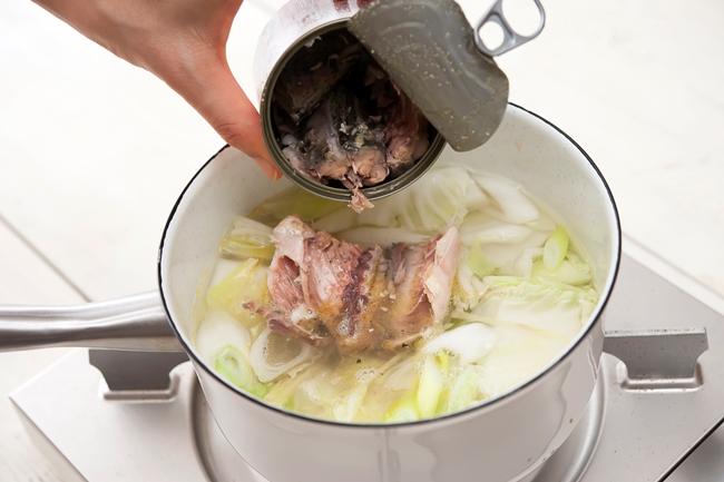 ↑「サバ缶は、旨みたっぷりの汁ごと加えましょう。骨まで柔らかくて魚の栄養を丸ごと摂ることができるので、常備しておくのがおすすめです」