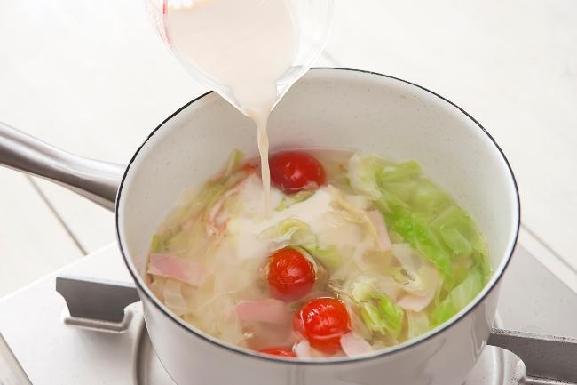 ↑「豆乳を入れたあとにグツグツ煮てしまうと、分離して口当たりが悪くなってしまいます。豆乳を加えたら味噌を溶き入れ、加熱しすぎないようすぐに火を止めましょう」