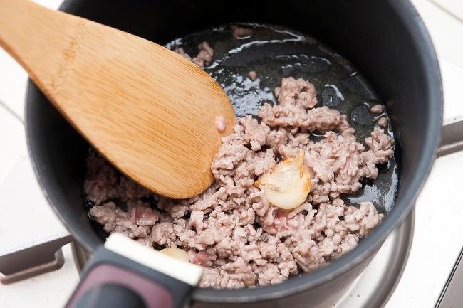 ↑「ニンニクの香りが立ってきたら、ひき肉をしっかり色が変わるまで炒めましょう。木べらで撫でるようにやさしく混ぜ、ひき肉がボロボロにならないように炒めてください」