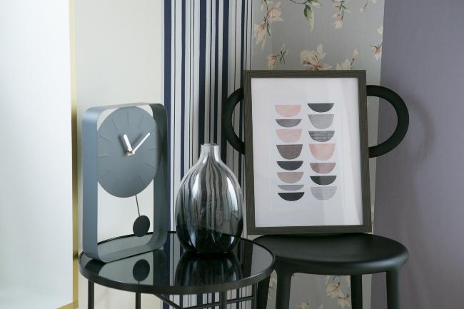 ↑アートボードは、壁に掛けるだけでなく、床や椅子に置いたり飾り棚に乗せて飾ったりするのもおすすめ。「マーブルパターン アートボード C」2800円