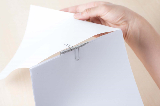 【機能派POINT】クリップ留めした書類をめくるとできる、折れ跡を防止。クリップ本体が付け外せるから、ページも増やせます。