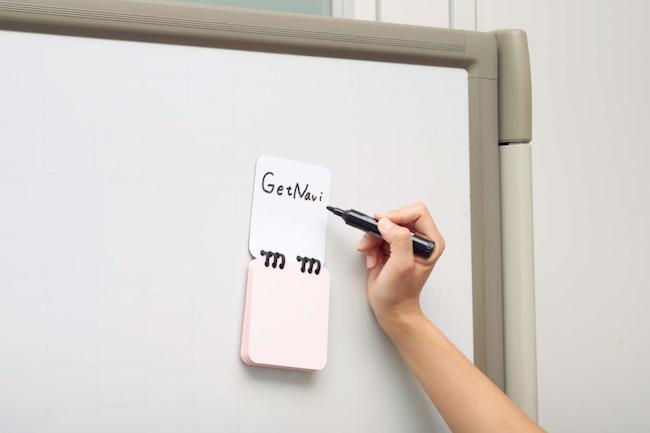 【機能派POINT】磁石を用意しなくても、スチール面やホワイトボードに掲示できます。メモ紙は必要に応じて切り取れるミシン目入り。