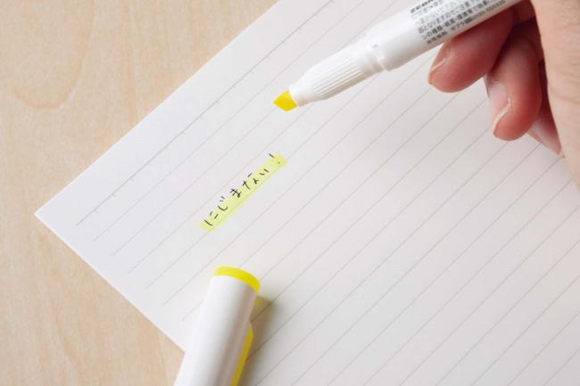 【機能派POINT】インクがにじみにくいから、書き直しの手間が省けます。しかも、ナイロン素材のペン先がしなって、曲面にフィットしマークしやすいよう工夫されています。