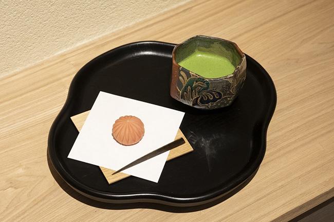 飲み物代+500円で主菓子セットが楽しめる。お茶は1000〜2000円程度となっている。
