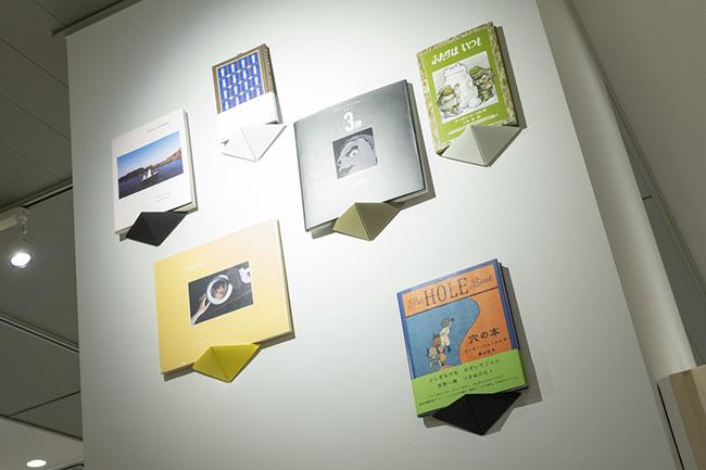 壁掛け用のペーパーシェルフ(890円)など、本にまつわる個性的なアイテムが揃う。ノートや手帳などのステーショナリーのセンスもいい。