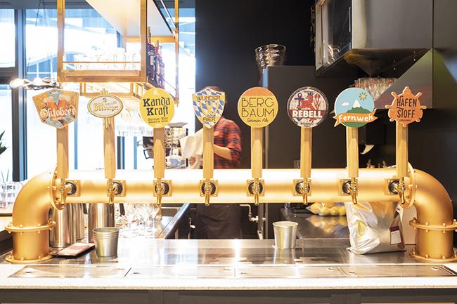 水、大麦、ホップ、酵母のみで造るのがドイツビールのスタイル。8種類のオリジナルクラフトドイツビールが揃う。