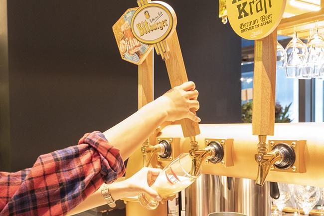ブルワリー風の店内でいろんな種類のビールを楽しもう。