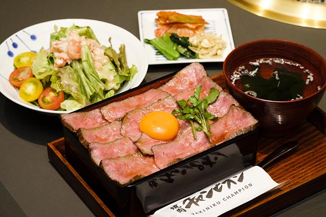 限定メニューの「黒毛和牛の特製ローストビーフ重」(2880円+税)は、「まんげつ濃厚卵」を絡ませながら食べると口溶けアップ!