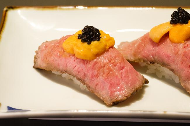 こちらも限定メニューの「黒毛和牛特製ローストビーフの握り 生うに・キャビアのせ」(1200円+税)。肉の旨みを、うにの甘みとキャビアの塩気が引き立たせてくれる。