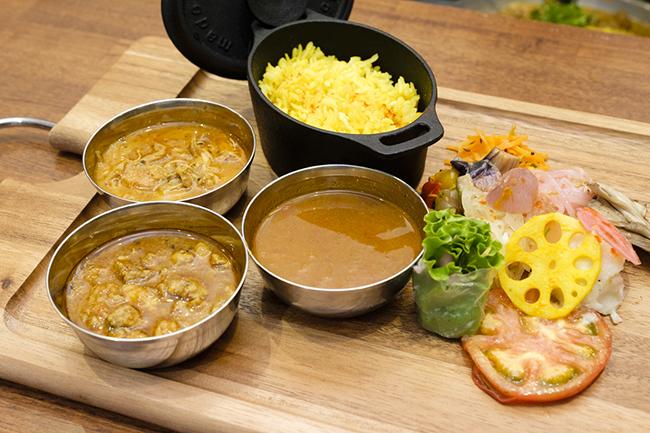 「CURRY PLATE」はカレー1〜3種と副菜10種、ライスのセット。カレーはポークキーマカレー、チキンカレー、エビカレーから選べる。1種類の場合は1100円、2種類の場合は1200円、3種類の場合は1300円と価格もお手頃。