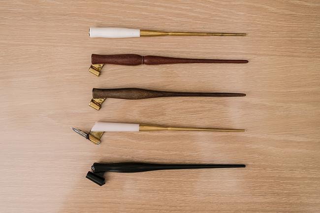 ↑ペン軸群。素材によって、ペン軸の価格も異なるという。このなかで最も安価なのは1番下の黒いもので、500円程度で購入できる