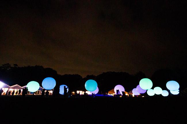 『浮遊する、呼応する球体』光の球体は、人が叩いたり何かにぶつかったりして衝撃を受けると、光の色を変化させ、色特有の音色を響かせる。さらに、その近隣の球体も呼応して同じ色に変化し、次々に周りの球体へと伝わっていく。