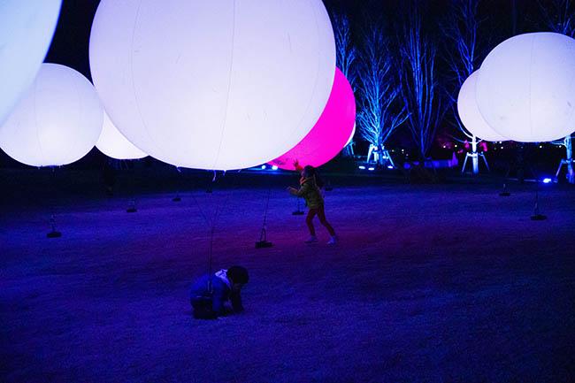『浮遊する、呼応する球体』 ふわふわと宙に浮く球体を押したり叩いたり。色と音色を変化させていくことで、まるで周囲の人々や球体そのものと会話しているような楽しさを感じられる。