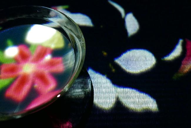 """『EN TEA HOUSE 幻花亭』ティーカップの中に花が咲き、カップを動かすと花は散り、また咲く。「""""飲む""""という身体の動きによりアートを知覚するものがつくりたかった」と猪子さん。"""