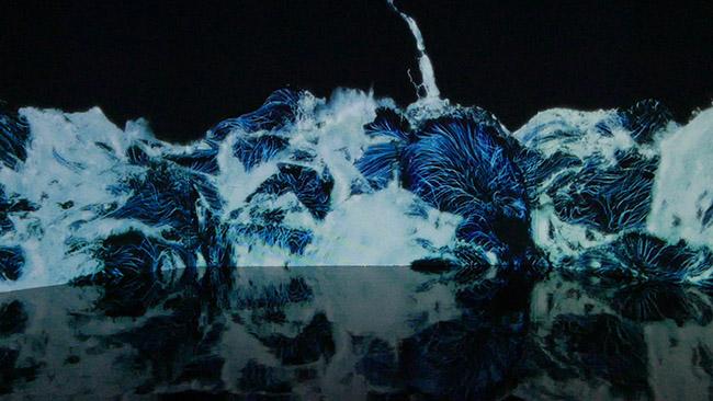 『Black Waves Continuous』コンピューター上でシミュレートした3次元の水の動きを平面に再現。「チームラボ ボーダレス」で展示されている作品のひとつ。