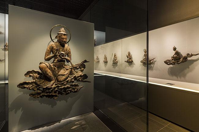 ↑鳳翔館に展示された「雲中供養菩薩像」。半数の26体が本堂から移設されている。(©︎平等院)