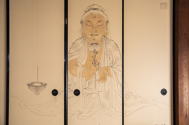 """↑正面中央の襖には、蓮華""""金波羅華(こんぱらげ)""""を手にするお釈迦様が描かれている。"""