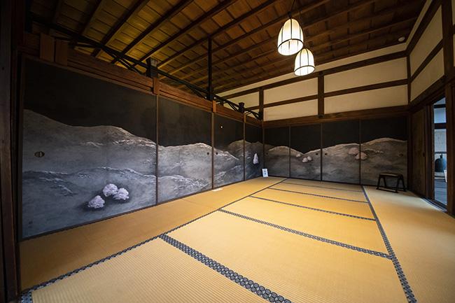 ↑京都の雪景色を描いた「聴雪」。「蓮鷺図」を挟んだ逆の部屋には、東山の夜桜を描いた「知音」が配置されている。