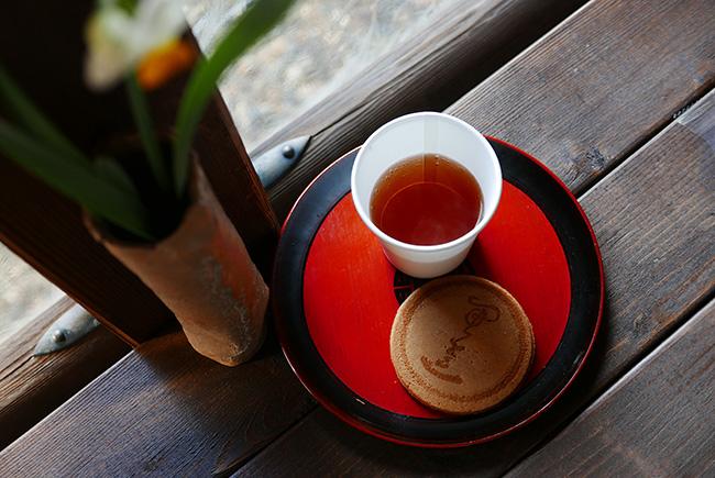 ↑釈迦が生まれた際、梵天が甘露の雨を降らせたという。その甘露になぞらえたのが「甘茶」。寺務所で提供しているので、休憩に一杯(100円・煎餅付き)どうぞ。