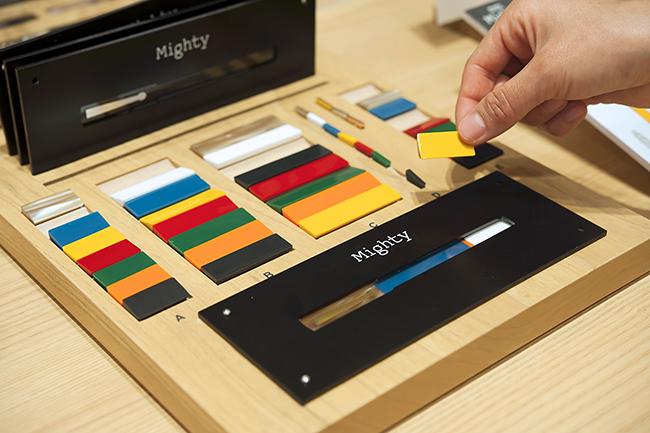 万年筆のボディに見立てたパーツを組み合わせ、どのような色合いにするかシミュレーションします。