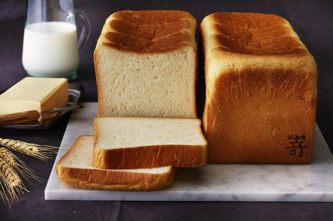 """「極美""""ナチュラル""""食パン」は900円、「極生""""ミルクバター""""食パン」は950円。"""