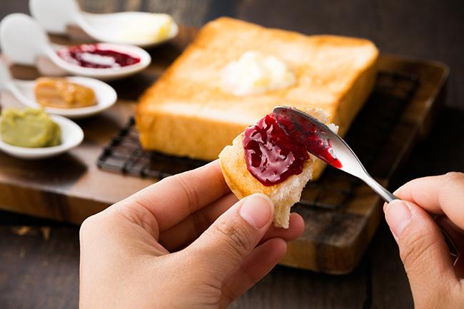カフェでは食パンのトーストも。パン用に作られた16種類もの「ジュエルジャム」やバターを付けて、ドリンクとともに味わうことができます。