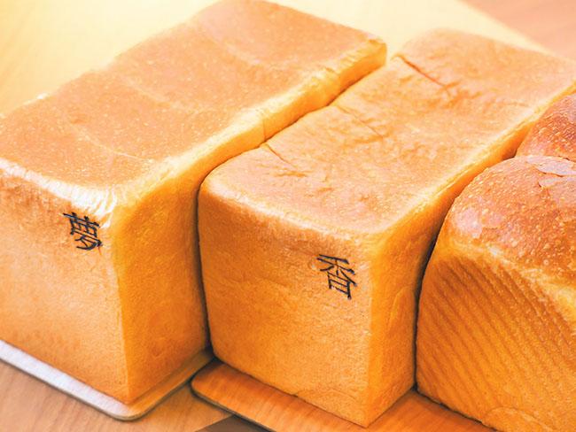 左から「銀座の食パン ~ 夢 ~」900円、「銀座の食パン ~ 香 ~」1000円、「山型の食パン」900円。