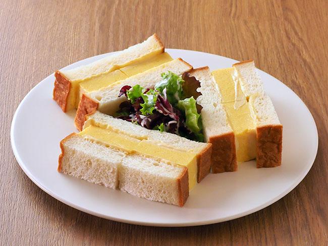 カフェの名物は「厚焼きたまごサンドイッチ」680円。ダシの効いた厚焼き卵と「銀座の食パン~香~」が相性抜群です。