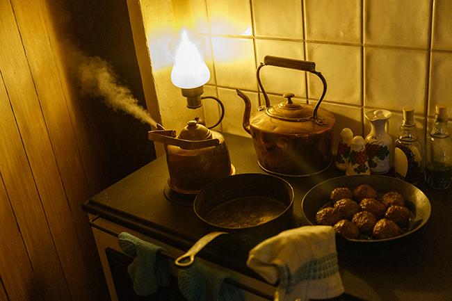 キッチンには、一定時間ごとにシューっと湯気をあげるヤカンを設置。もちろん展示用の仕掛けなので火はついていませんが、まるで本物のキッチンにいるような錯覚を覚えます。