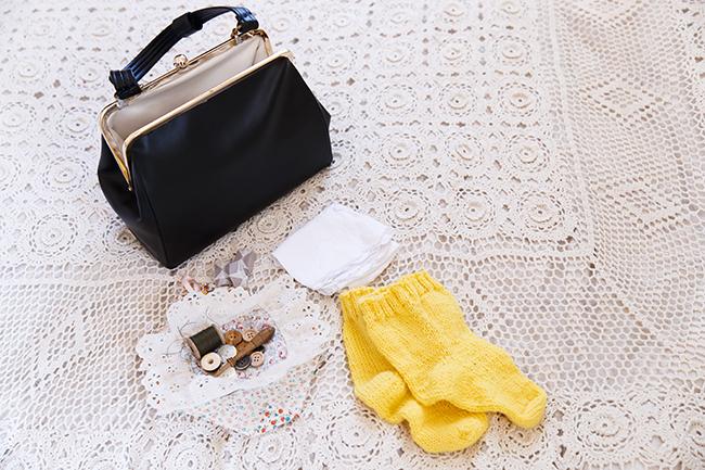 ベッドの上に置いてあるのは、ムーミンママが命の次に大事にしているというハンドバッグ。原作の設定ではルビーの指環や真珠のネックレスなども入っていますが、この展示では救急セットや替えのソックスを再現しています。