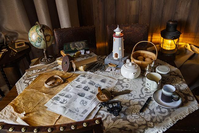 冒険家だったムーミンパパの書斎にあるテーブルには、地図や地球儀など当時を思わせる小物が置かれています。